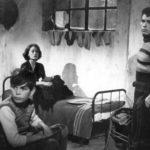 """Zur ARTE-Sendung Hommage an Luchino Visconti Rocco und seine Brüder 1861095: Vincenzo hat die unbekannte Schöne namens Nadia (Annie Girardot, Mi.) mit in die Wohnung gebracht – sehr zum Gefallen der Jungs: Luca (Rocco Vidolazzi, li.) und Ciro (Max Cartier, re.) blicken sich erstaunt um, als Vincenzo plötzlich einen Polizisten hineinbittet … © 1960 TF1 Foto: ARTE France Honorarfreie Verwendung nur im Zusammenhang mit genannter Sendung und bei folgender Nennung """"Bild: Sendeanstalt/Copyright"""". Andere Verwendungen nur nach vorheriger Absprache: ARTE-Bildredaktion, Silke Wölk Tel.: +33 3 881 422 25, E-Mail: bildredaktion@arte.tv"""